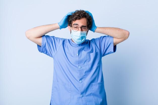 若い男は欲求不満でイライラし、病気で病気に疲れ、退屈で退屈な仕事にうんざりしています。コロナウイルスの概念