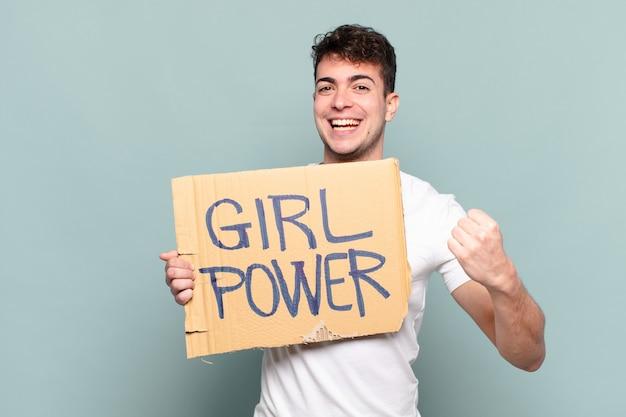 Молодой человек чувствует себя счастливым, позитивным и успешным, мотивированным, когда сталкивается с проблемой или празднует хорошие результаты