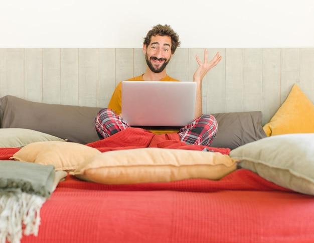 솔루션 또는 아이디어를 실현하는 긍정적 인 태도로 행복 놀라고 쾌활한 미소를 느끼는 젊은 남자