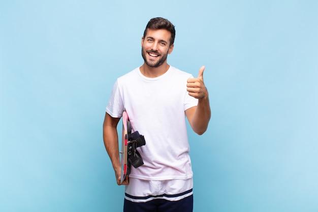Молодой человек чувствует себя гордым, беззаботным, уверенным и счастливым, позитивно улыбается и показывает палец вверх