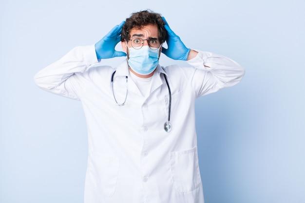 젊은 남자가 스트레스, 걱정, 불안 또는 무서워, 머리에 손으로, 실수에 당황. 코로나 바이러스 개념