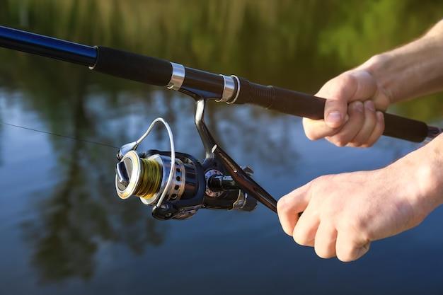 川で釣りをする若い男