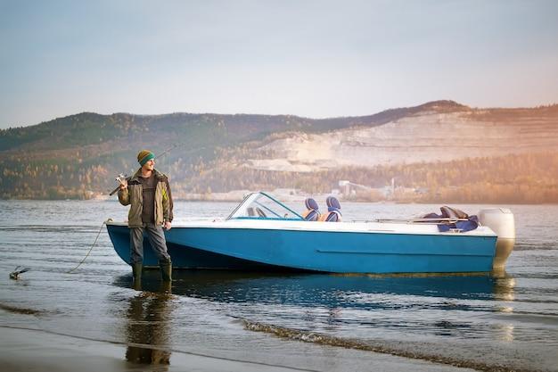 Молодой человек на рыбалке