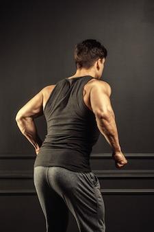 若い男のフィットネストレーニング