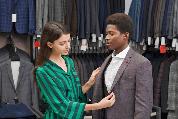 若い男がおしゃれなプリントとグレーのジャケットに合います。