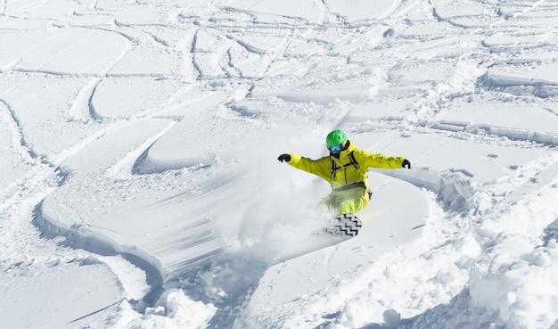 하얀 눈 덮인 날에 스노우 보드에 비행 젊은 남자