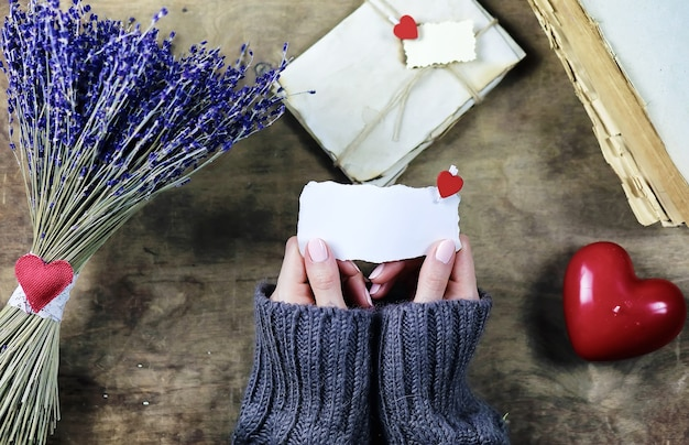 若い男は休日に女の子にラベンダーの花の花束を与えます
