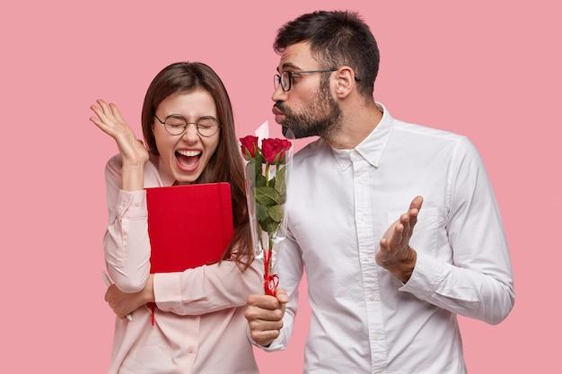 여자에 게 빨간 장미 꽃다발을주는 젊은 남자