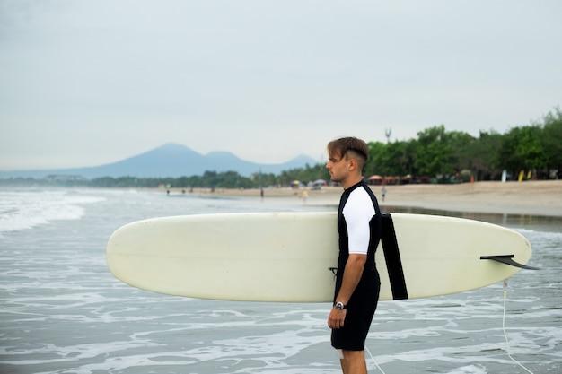 Молодой человек занимается серфингом