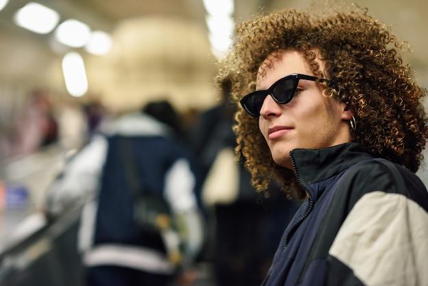 지하철 역에서 위층가 젊은 남자.