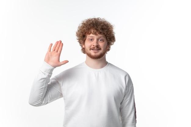 Приветствие молодого человека на белой стене.