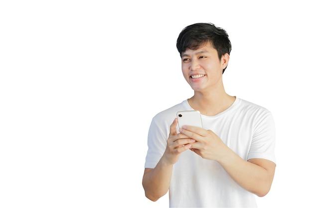 若い男の手は携帯電話デバイスを保持し、白い色の背景に分離された笑顔