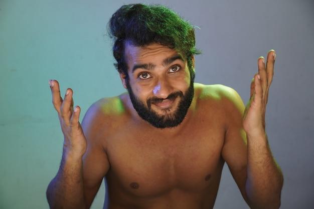Счастливое лицо молодого человека без студийного снимка ткани