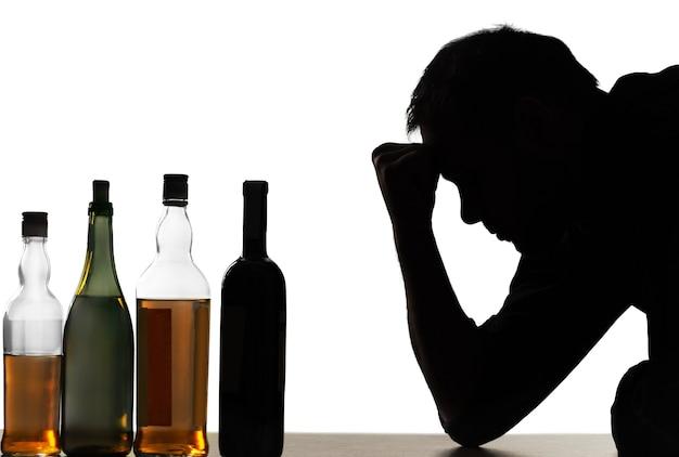 若い男はアルコールに問題があります。