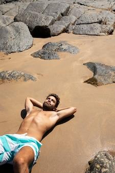 Cerca de playalagaでロードトリップをしている若い男