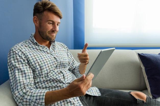 Молодой человек, имеющий видеоконференцию
