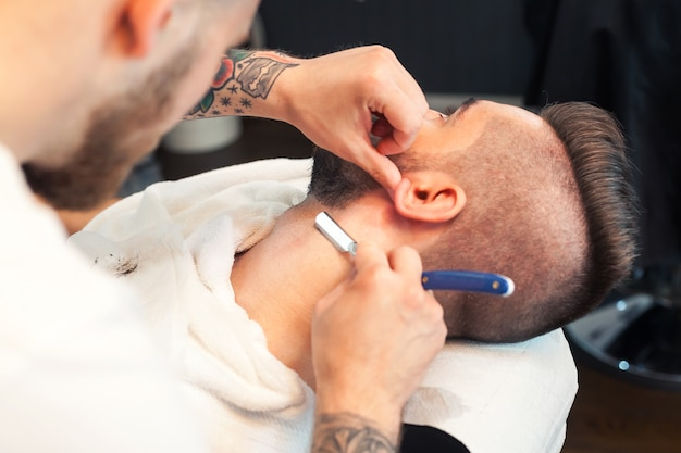 あごひげを剃っている若い男