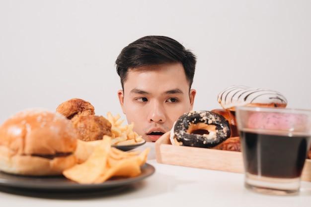 도넛, 햄버거, 감자튀김 대신 치킨이 먹고 싶은 젊은 남자