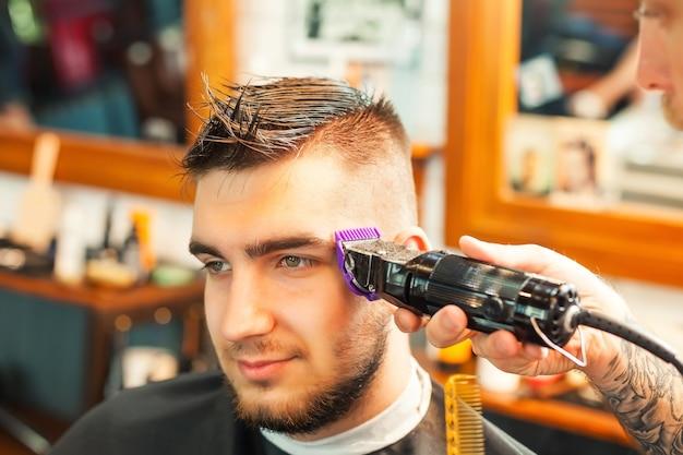 髪を切った若い男