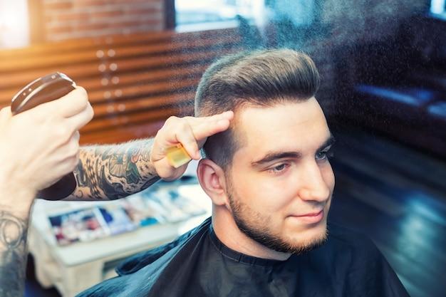 Молодой человек подстриженный