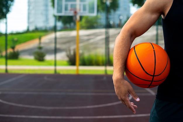 フィールドにボールを保持している若い男