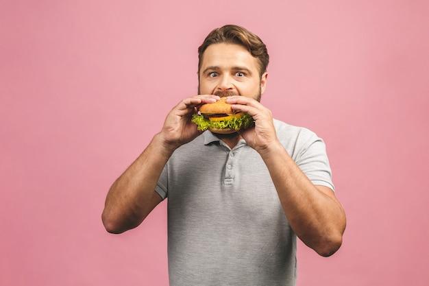 ハンバーガーを持っている若い男