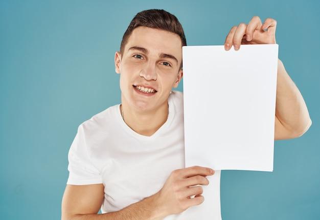 両手で一枚の紙を持っている若い男