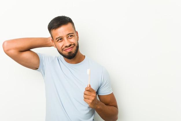 歯ブラシを持っている若い男