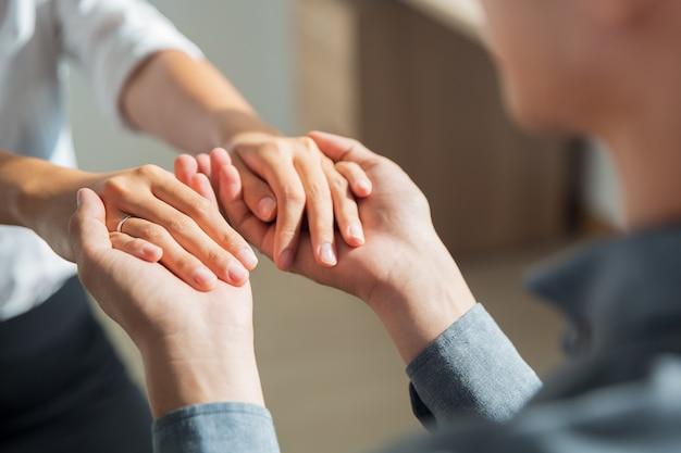 Молодой человек, держась за руки подруги