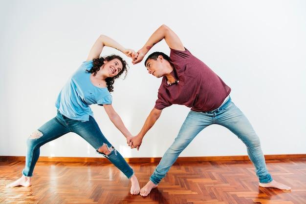 スロープの体で笑顔の女性と手を保持している若い男
