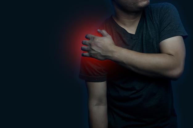 Молодой человек, держащий его за плечо от боли, симптомы воспаления плеча, концепция медицинского здравоохранения