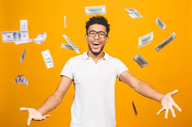 ドル札を保持している若い男