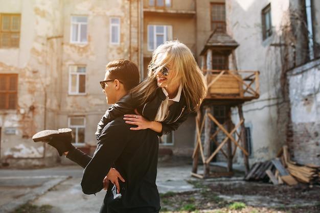 若い男は彼の美しい少女を手に持っています