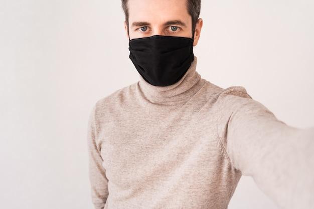 黒の防護マスクの若い男
