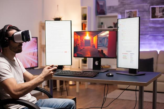 Молодой человек в соревновании по онлайн-шутеру в гарнитуре виртуальной реальности с помощью беспроводного контроллера.