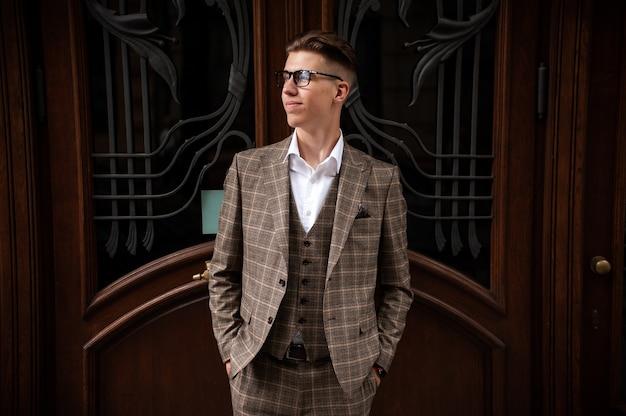 街の屋外でフォーマルなスーツを着た若い男