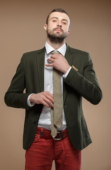 Молодой человек в зеленом костюме с галстуком