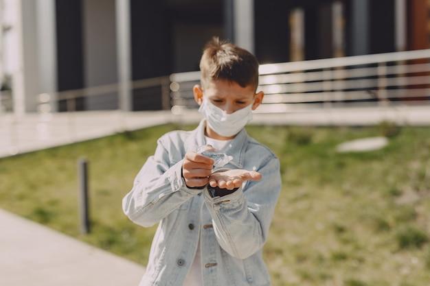 Молодой человек в маске стоит на улице