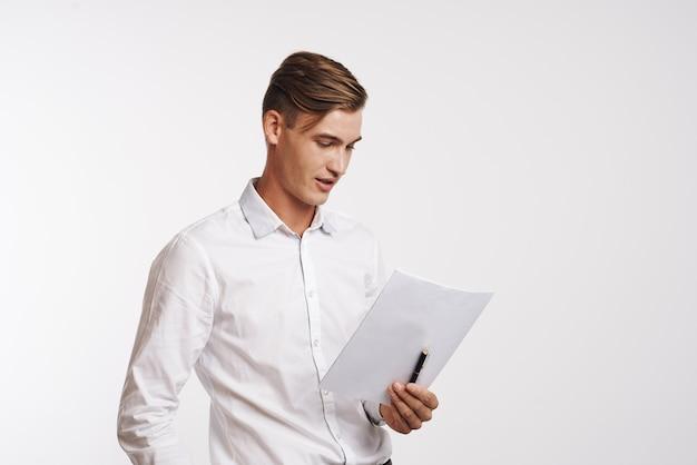 Молодой человек в рубашке позирует