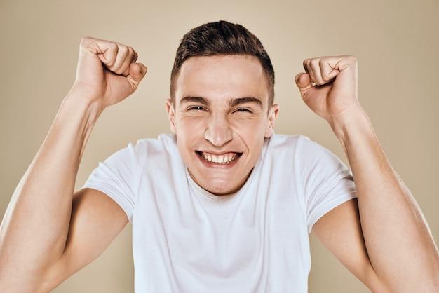 Молодой человек в футболке, красавец модель, разные эмоции