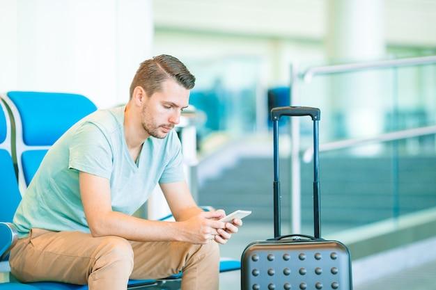 飛行機を待っている空港ラウンジで若い男。