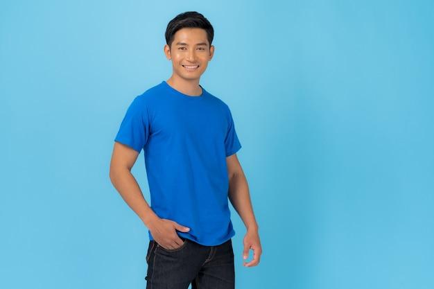 青で隔離の青いtシャツの若い男