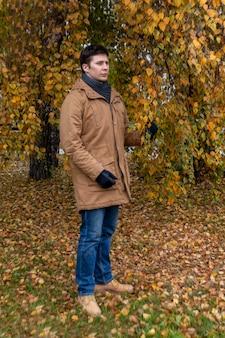 공원에서 가을 산책에 캐주얼 옷을 입은 젊은 남자 레저 라이프 스타일