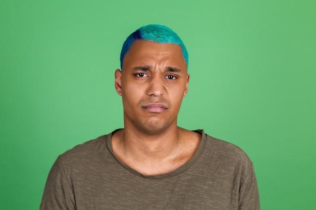 녹색 벽 파란 머리 불행 슬픈 우는 캐주얼에 젊은 남자