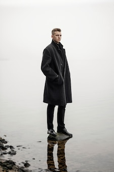 コート秋海霧の若い男