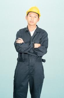 작업복 헬멧 hardhat 파란색 배경에 고립에서 젊은 남자