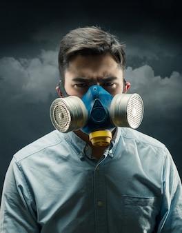 防毒マスクの若い男