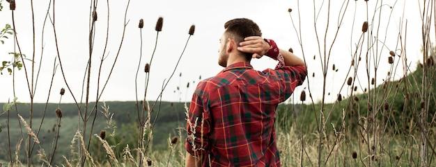 緑の野原で若い男