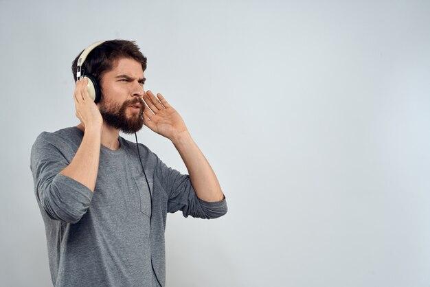 ヘッドフォンで若い男が音楽を聴く