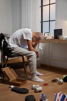 집에서 고립 된 젊은 남자